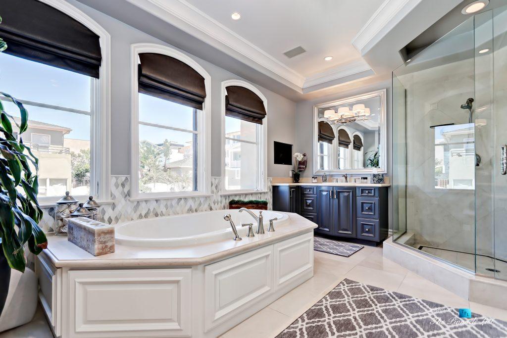 Luxury Real Estate - 1920 The Strand, Manhattan Beach, CA, USA - Master Bathroom Tub