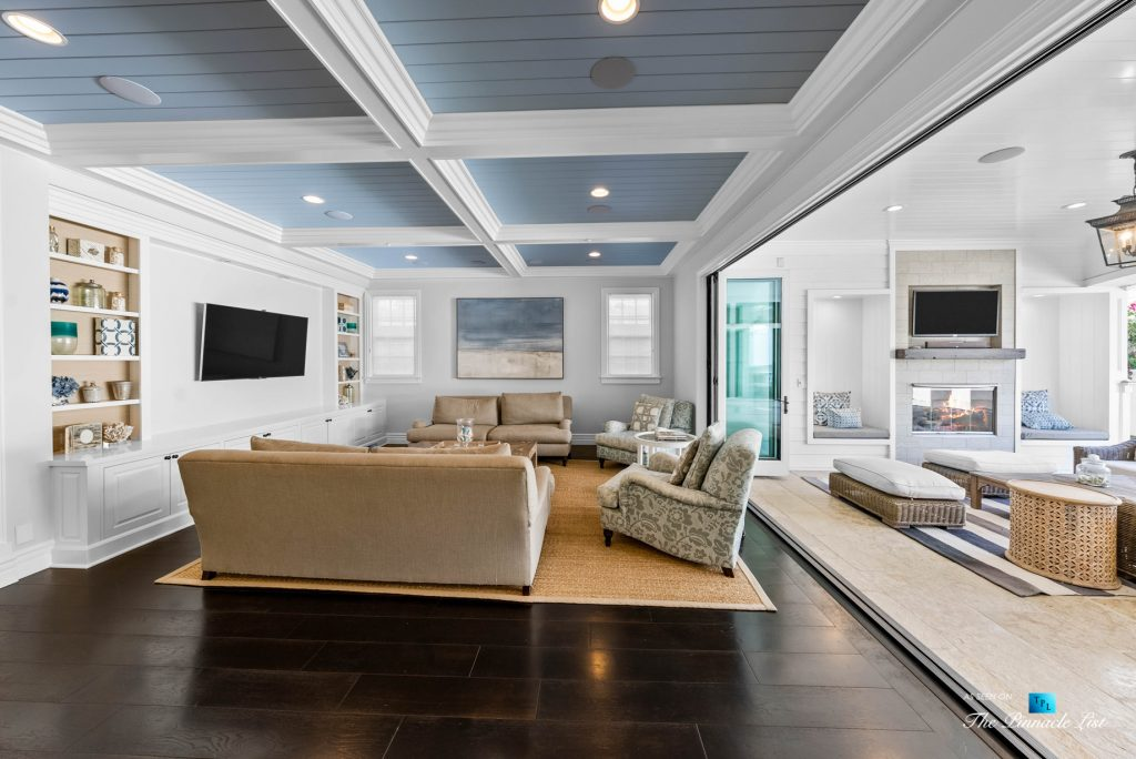 1412 Laurel Ave, Manhattan Beach, CA, USA - Living Room and Outdoor Lounge