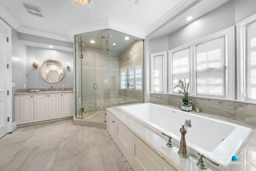 1412 Laurel Ave, Manhattan Beach, CA, USA - Master Bathroom Shower and Tub