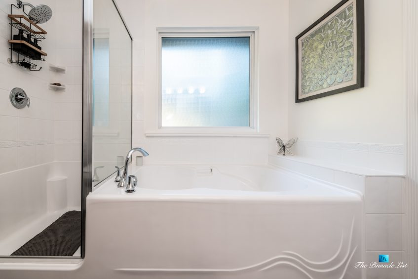 2366 Sunnyside Rd, Anmore, BC, Canada - Master Shower and Bathtub