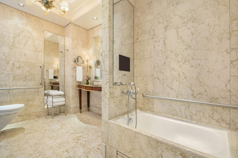 The St. Regis Singapore Luxury Hotel - Singapore - Grand Deluxe Accessible Guest Bathroom