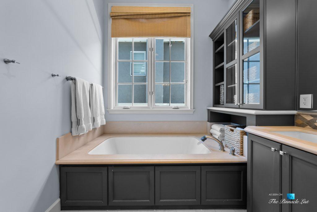877 8th Street, Manhattan Beach, CA, USA - Master Bathroom Tub
